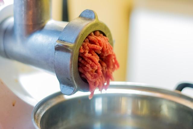 Mahlen von Fleisch für Wildbratwurst Rezept